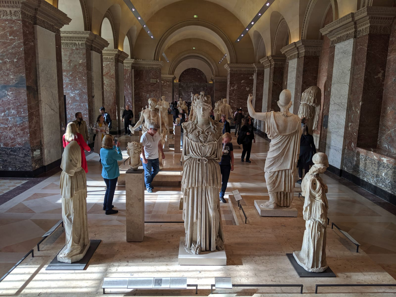 Una sala del Museo del Louvre di Parigi con differenti sculture antiche