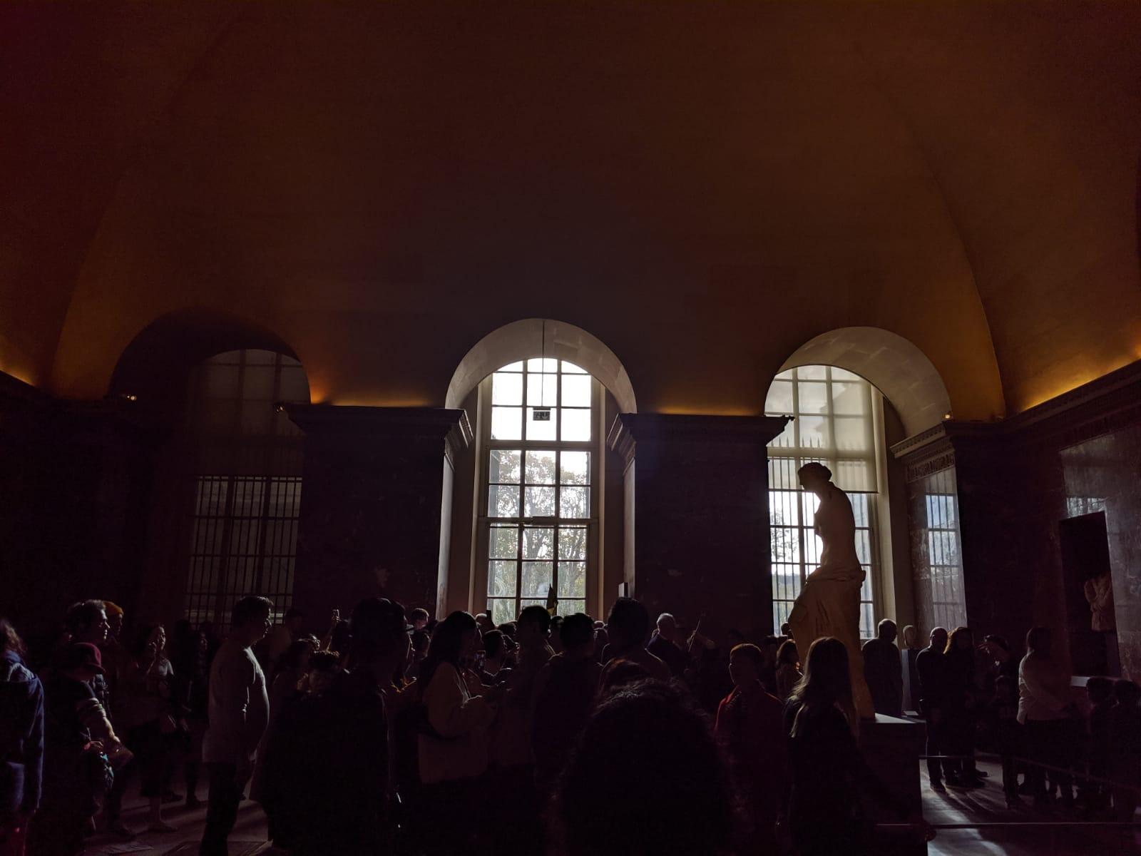 Sala affollata del Museo del Louvre