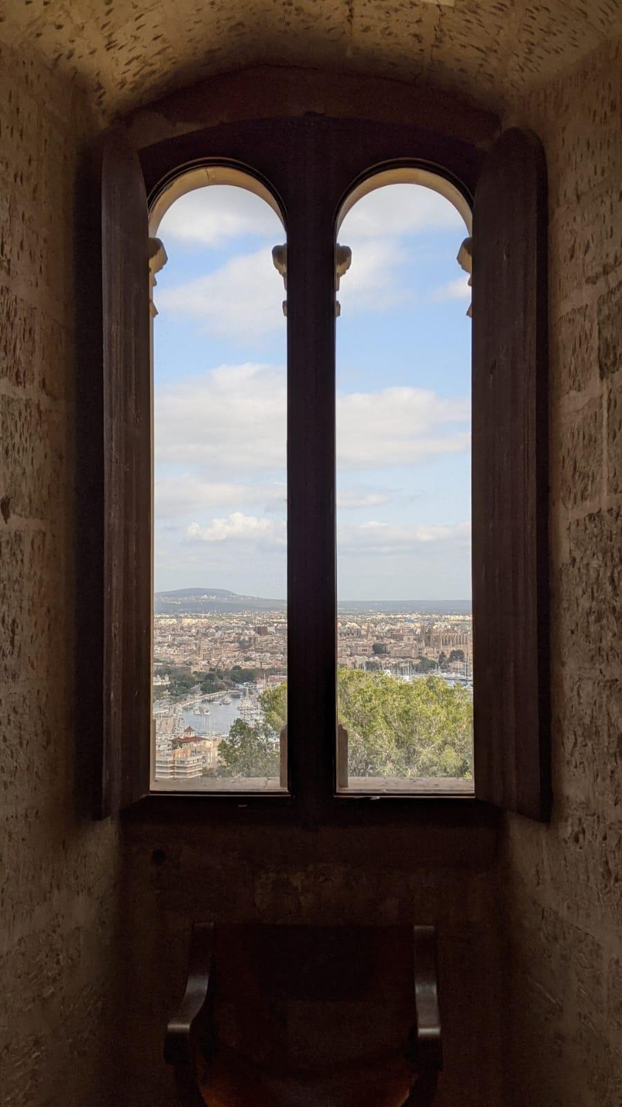 Una finestra del Castell de Bellver di Palma si apre sull'orizzonte.