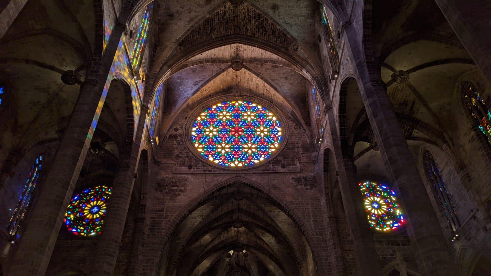 Interno della cattedrale di Palma di Maiorca. Particolare del rosone centrale e della navata.