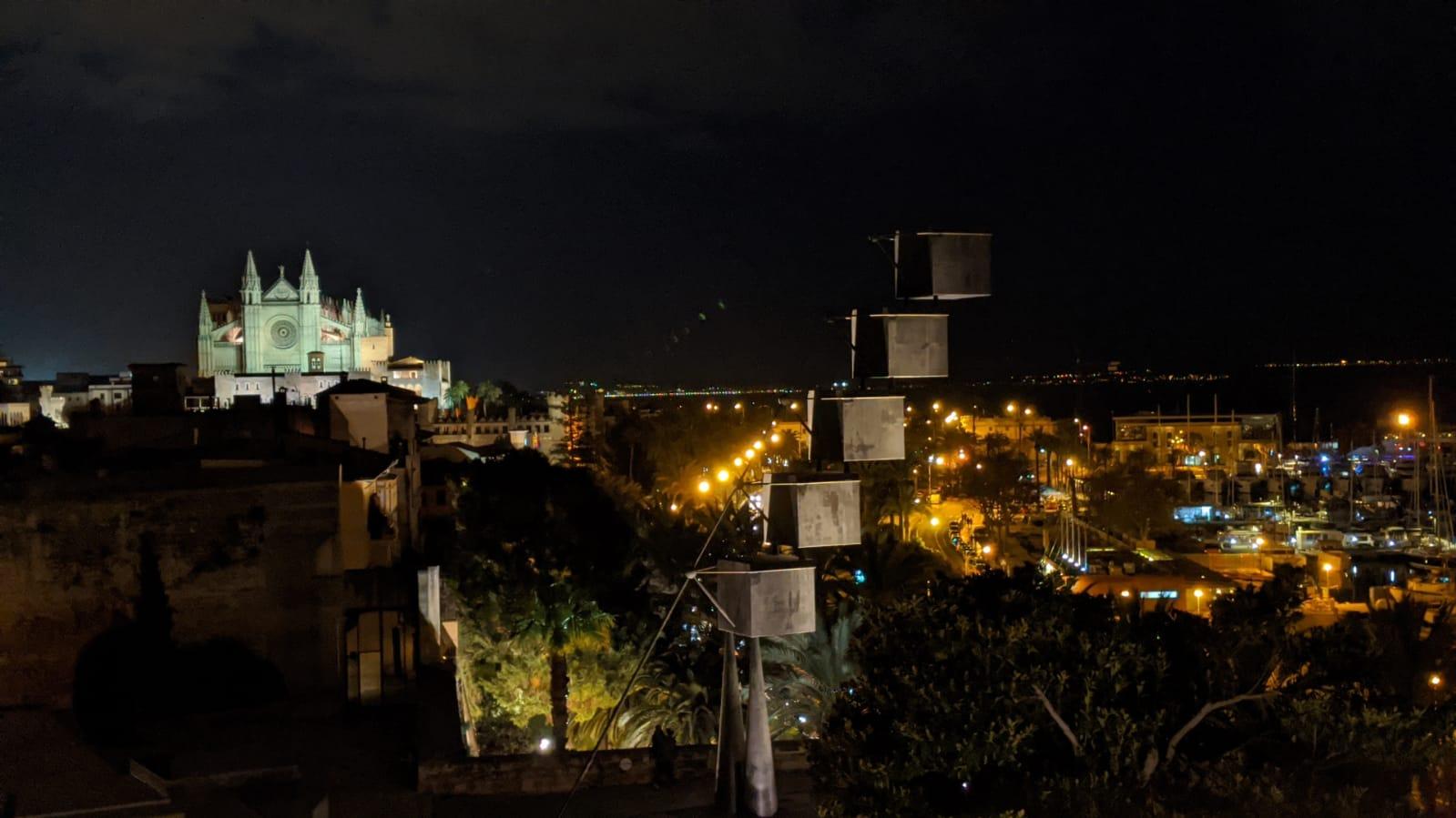 Panoramica notturna della città di Palma di Maiorca dalla terrazza del Museo Es Baluard. La cattedrale e il porto sullo sfondo.