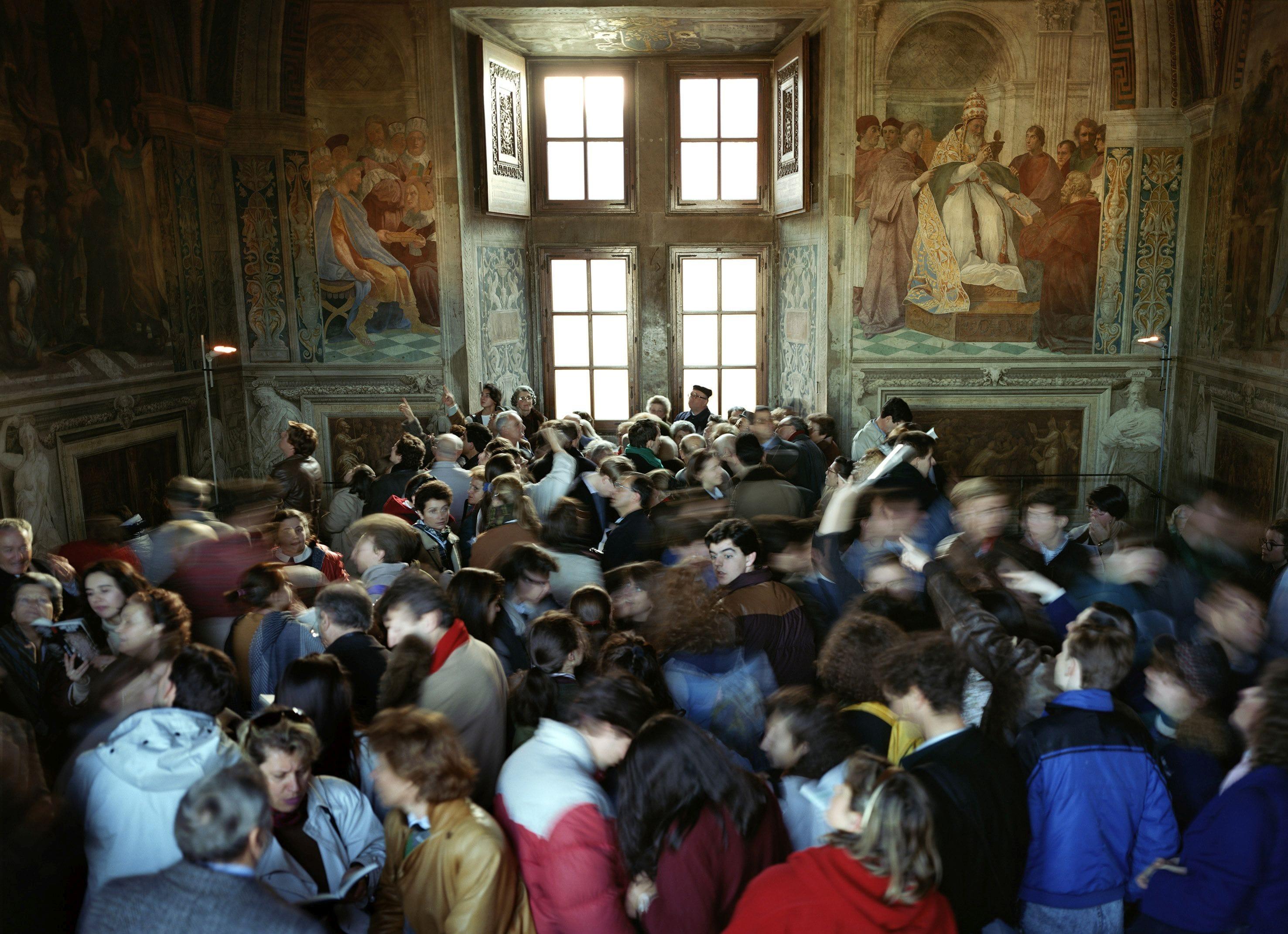 Folla di persone nelle Stanze di Raffaello dei Musei Varicani